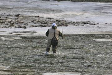 mand iført waders i havet