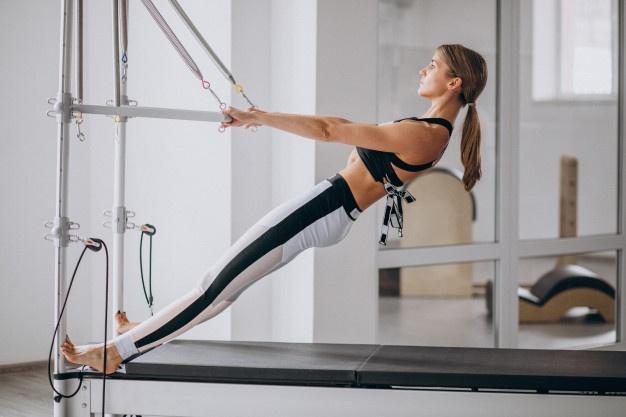 kvinde dyrker reformer træning